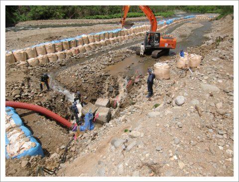護岸工事(大量の湧水を処理)