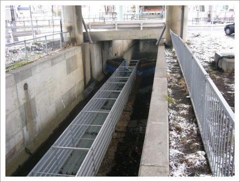 橋梁下部耐震補強工事 (狭隘な場所での設置)