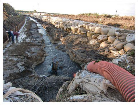 排水路工事(ヘドロ混じりの河川切替)