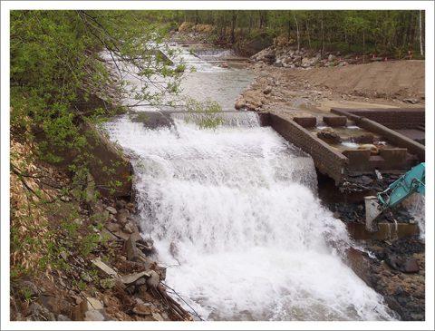 護岸工事 (大量の水を切り回し)